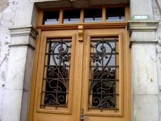 Détail de la porte et des grilles